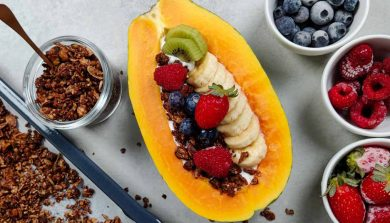 Papaya con granola de chocolate y yogur
